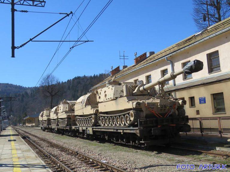 Amerykańskie czołgi na stacji w Muszynie