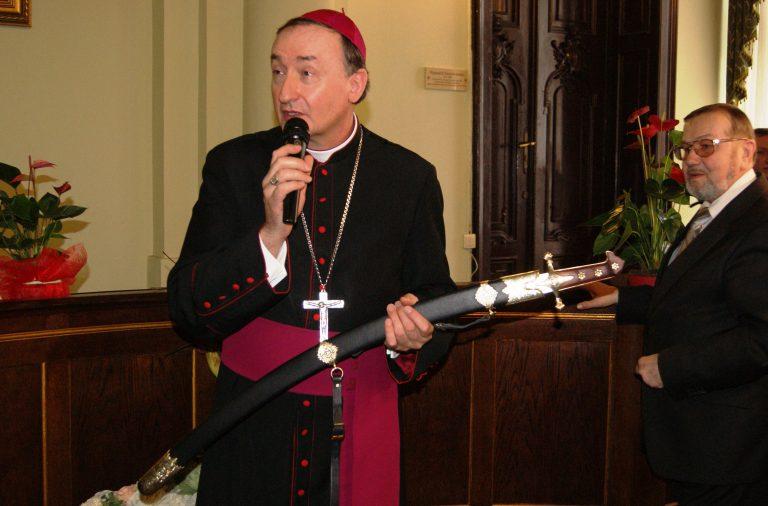 Nowy Sącz: dlaczego biskup Andrzej Jeż chwycił za szablę?