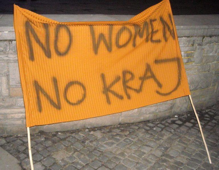 Dzień Kobiet walczących: damy w czerni pod ratuszem