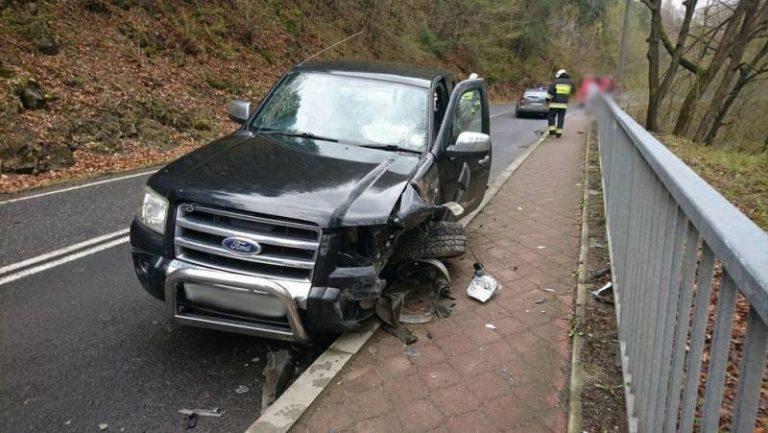 Żegiestów: Zderzenie dwóch samochodów na łuku drogi