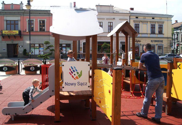 Nowy Sącz:  plac zabaw na rynku czeka na dzieciaki