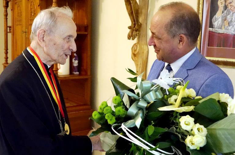 Biskup Władysław Bobowski odznaczony medalem Zasłużony dla Ziemi Sądeckiej