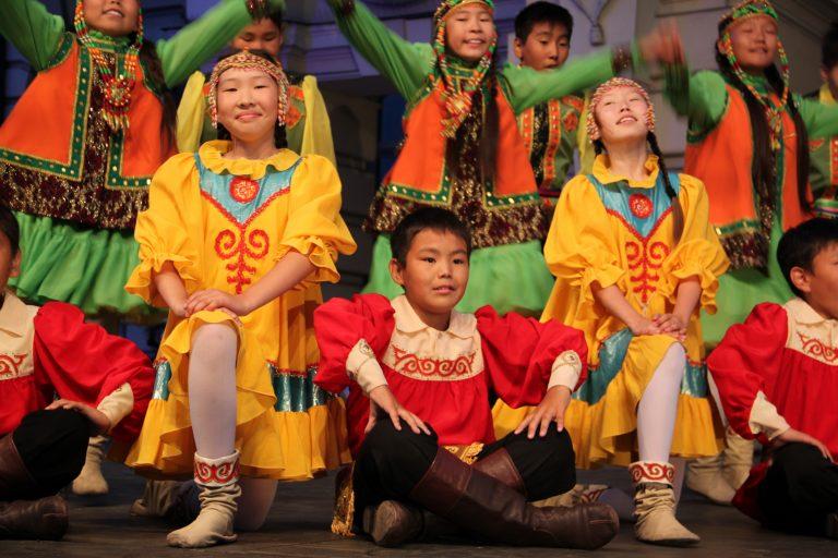 Taniec radości o świcie, czyli dzień jakucko – lachowski na Święcie Dzieci Gór