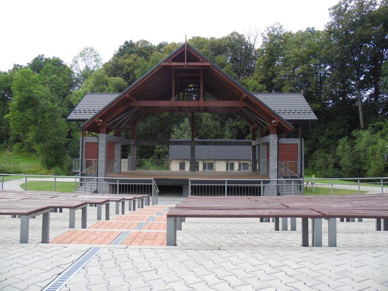 Korzenna: amfiteatr z dachem, nowym nagłośnieniem i telebimem