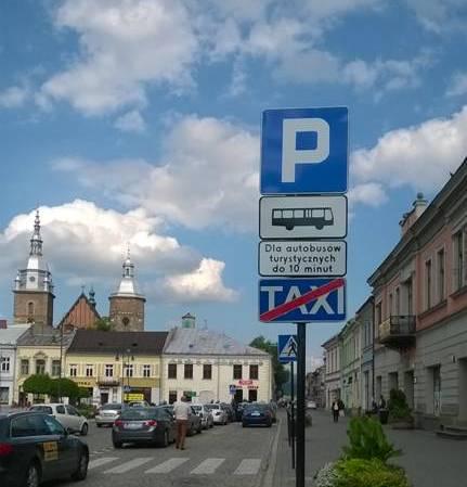 Nowy Sącz: na rynku stanął nowy znak drogowy. Można wysiadać z autokaru