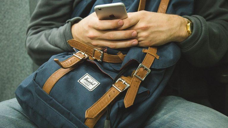 Nowy Sącz: miał przypilnować nastolatkom plecaków. Opróżnił je i uciekł
