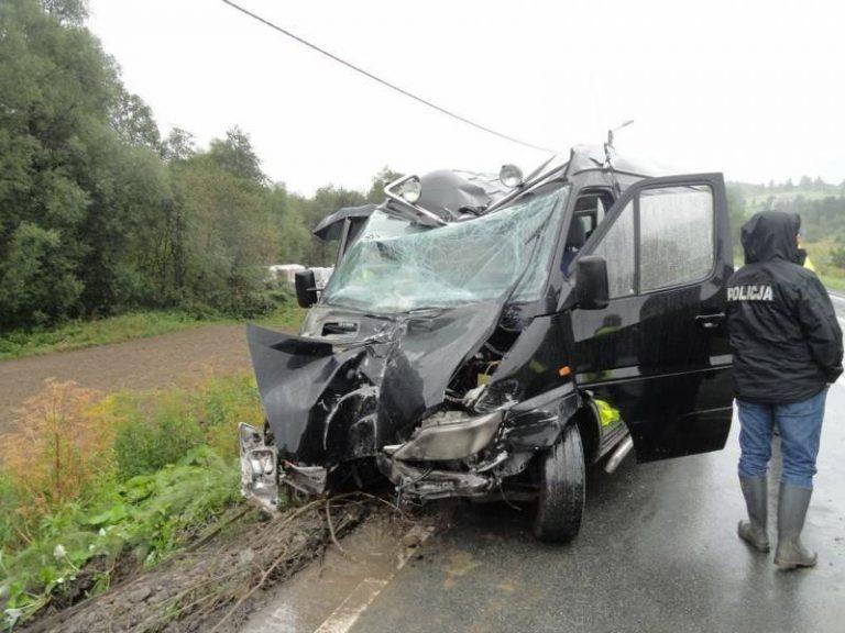 Nowy Sącz: Tragedia na drodze. Wracali z wesela busem. Jedna osoba nie żyje, sześć w szpitalu