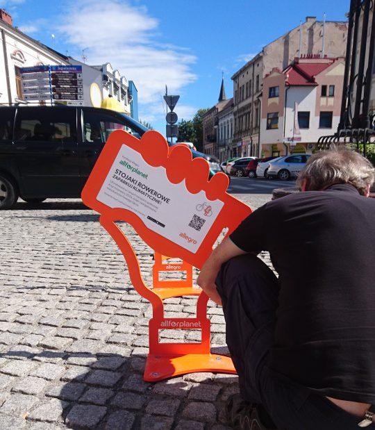Nowy Sącz: stojaki na rowery od Allegro już zamontowane