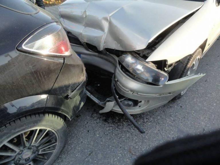 Powroźnik: karambol z udziałem czterech samochodów. Dwie osoby w szpitalu