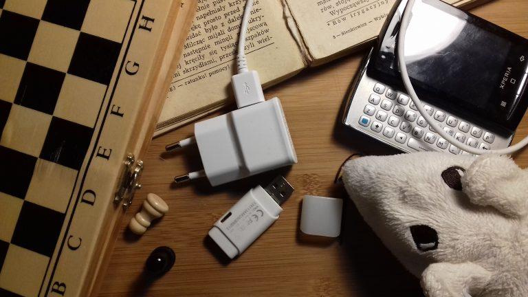 Masz w domu niepotrzebne rzeczy, które kurzą się na półkach? Podaj je dalej!