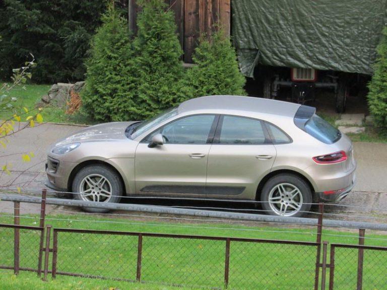 Kasina Wielka: ludzie mają żal do proboszcza o Porsche, o Sakrament w bagażniku i o kazania z laptopa