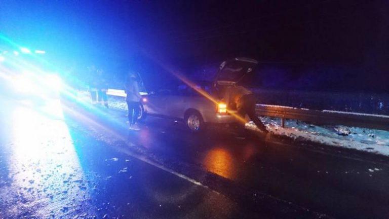 Milik: samochód uderzył w leżące na drodze drzewo