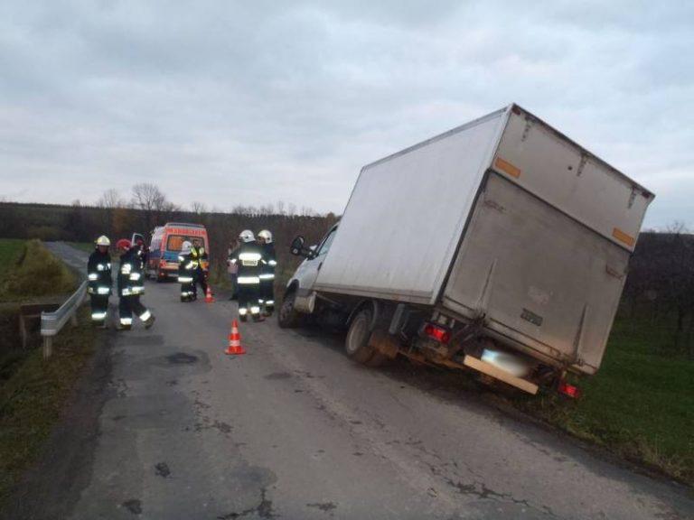 Czarny Potok: samochód dostawczy uderzył w przydrożny przepust