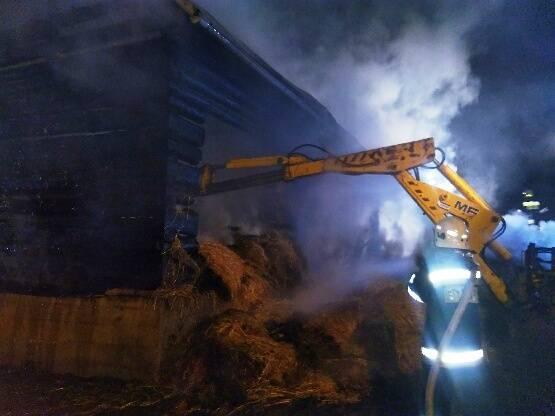 Kicznia: czterdziestu strażaków gasiło płonącą stodołę
