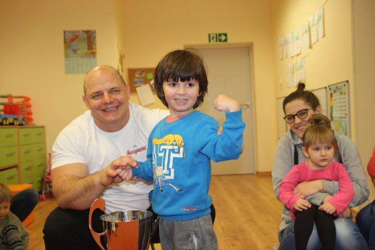 Mistrz Europy Strongmenów Tomasz Kowal ćwiczył z przedszkolakami