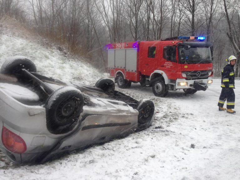 UWAGA! na drogach zimowe warunki. 5 osób zostało rannych w dwóch wypadkach w gminie Łabowa