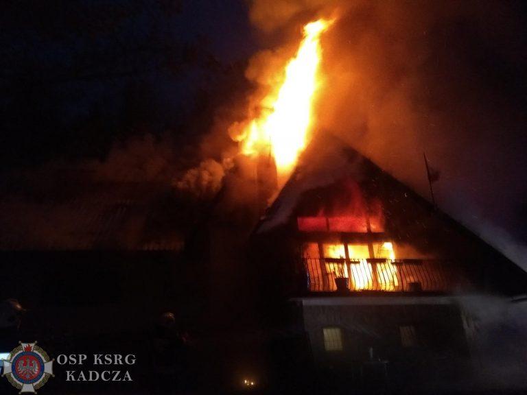 Obidza: tuż przed świętami 68 strażaków gasiło płonący dom. Wnętrze budynku spłonęło całkowicie