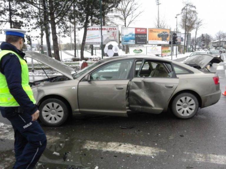 Nowy Sącz, ul. Młyńska: dziecko i osoba dorosła w szpitalu po zderzeniu dwóch samochodów