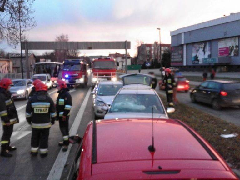 Nowy Sącz: Zderzenie trzech osobówek na ulicy Grodzkiej. Jedna osoba trafiła do szpitala