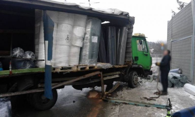 Nowy Sącz, ul. Marcinkowicka: dwa samochody ciężarowe zderzyły się na rondzie