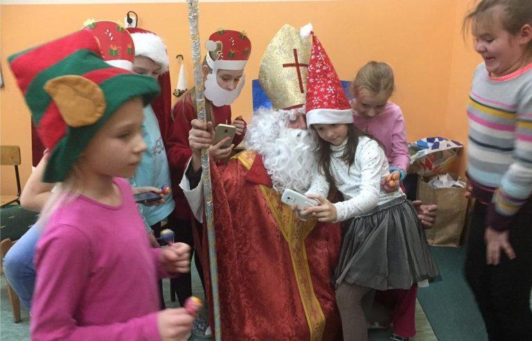 Nowy Sącz: Artur Czernecki jako święty Mikołaj rozdał dzieciom prezenty