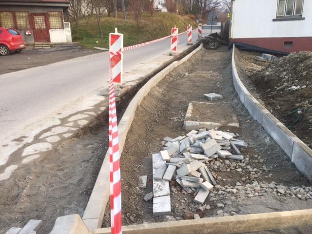 Nowy Sącz: trwa budowa chodnika wzdłuż ulicy Długoszowskiego