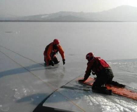 Strażacy jeździli saniami po Jeziorze Rożnowskim i po starosądeckich stawach