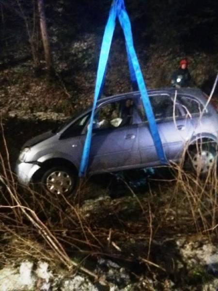 Paszyn: samochód wypadł z drogi i wpadł do potoku