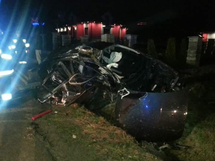 Korzenna: samochód osobowy wypadł z drogi. Jedna osoba poważnie ranna