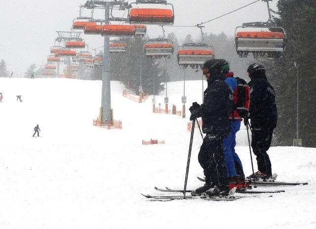 Policjanci na nartach szusują po okolicznych stokach