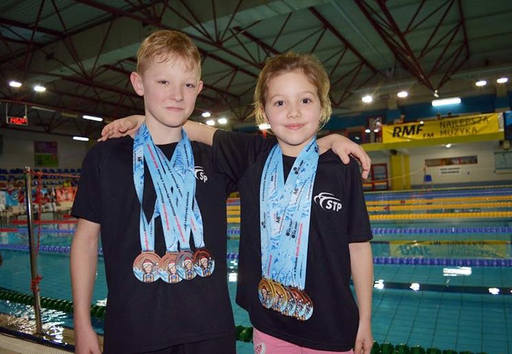 Worek medali pływackiego duetu i gratulacje od legendy!