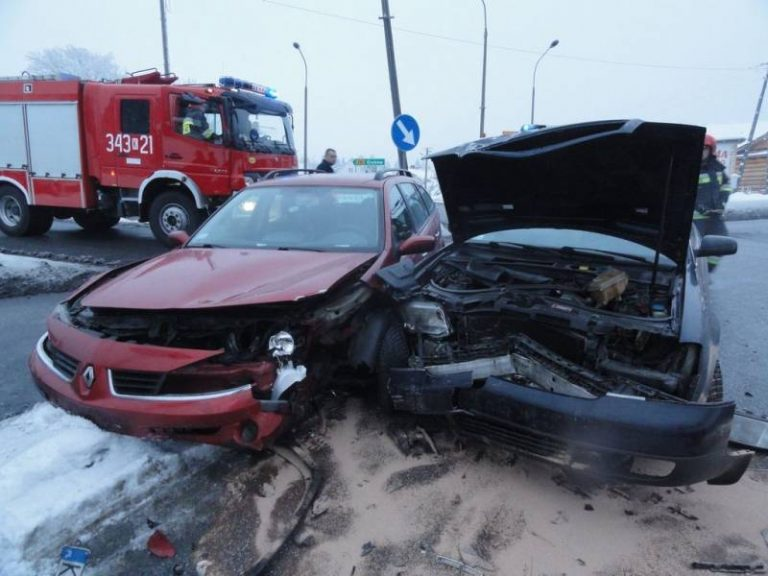 Krzyżówka: Trzy osoby poszkodowane podczas zderzenia samochodów osobowych