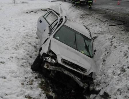 Cieniawa: samochód osobowy wypadł z drogi. Mama z dwójką dzieci w szpitalu