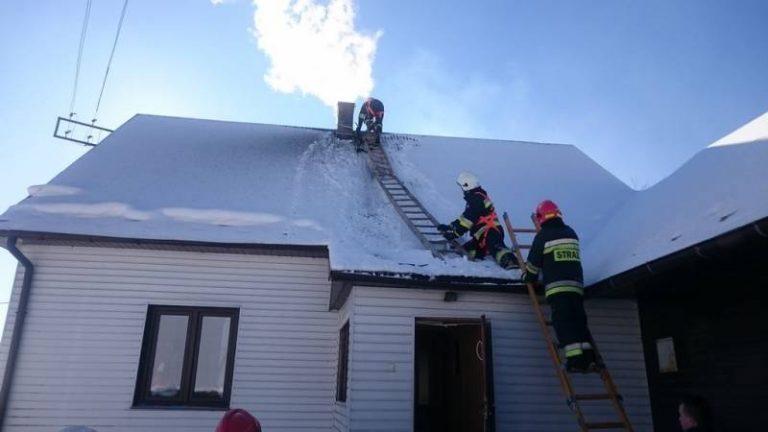 Mężczyzna spadł z dachu próbując gasić płonący komin