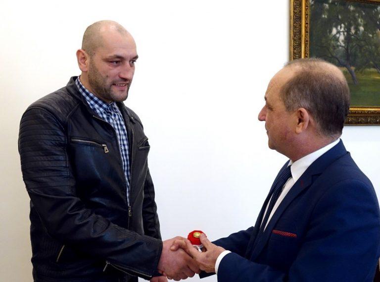 Piotr Fałowski odzanaczony Złotym Jabłkiem za ratowanie życia nieznajomej kobiety