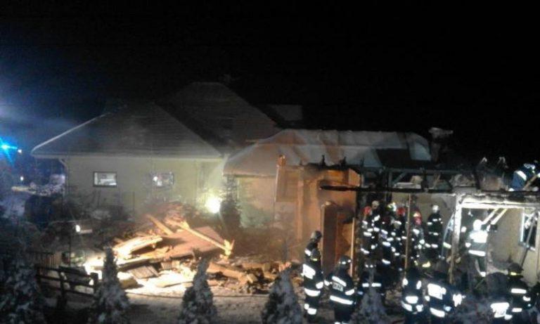 Binczarowa: 56 strażaków walczyło z pożarem. Budynek gospodarczy spłonął. Dom ocalili