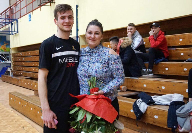 """Nowosądecka Liga Futsalu. Po meczu padło pytanie: """"zostaniesz moją żoną""""? Odpowiedziała: tak…"""
