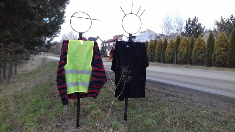 Tajemnicze postaci przy korzeńskich drogach