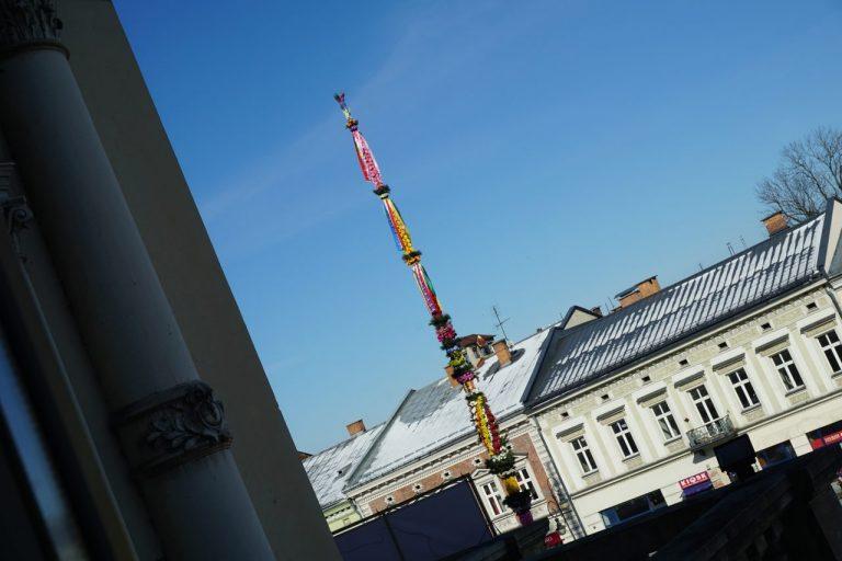 Nowy Sącz gotowy na święta. Wielkanocna palma już stoi na Rynku
