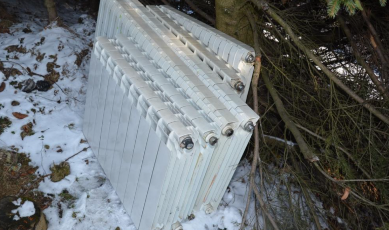 Niedźwiedź: włamali się do domu i chcieli ukraść 11 grzejników