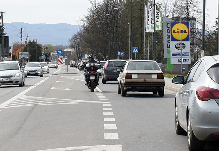 Nowy Sącz, ul Węgierska: autogiełda, czyli autokorek