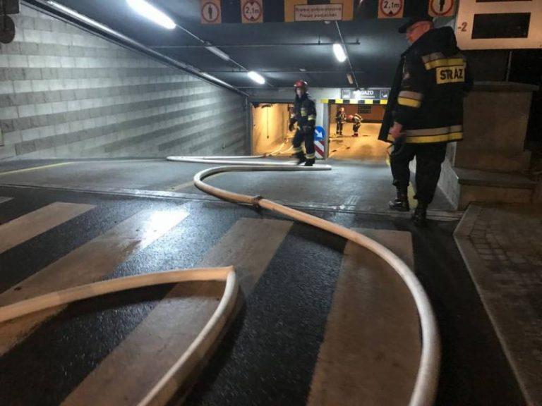Policjanci, strażacy i ratownicy medyczni w nocy w Trzech Koronach