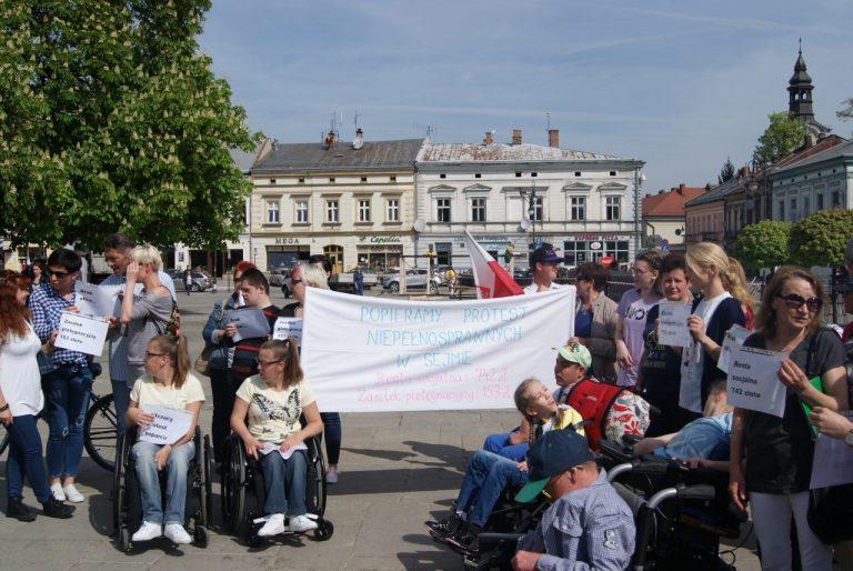 Pikieta poparcia dla protestujących w Sejmie na sądeckim Rynku