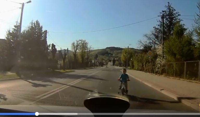 Chłopiec na czterokołowym rowerku jechał prosto pod samochód