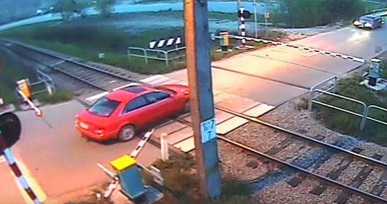 Głębokie-Witkowskie: najpierw wjechali na tory tuż przed pociągiem, a później ratowali życie taranując rogatki [FILM]
