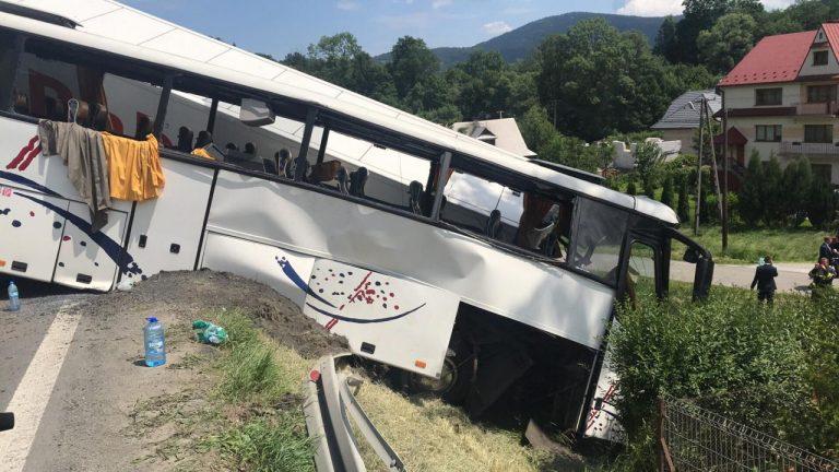 Dramatyczny wypadek autokaru z ciężarówką. Zakopianka do późna całkowicie zablokowana