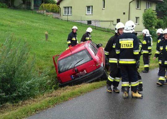 Z ostatniej chwili: W Korzennej samochód osobowy wypadł z drogi [zdjęcia]
