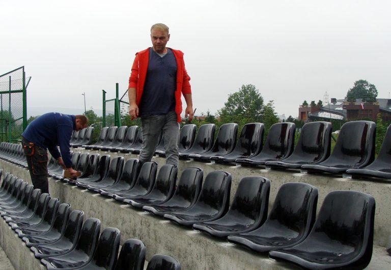 Na stadionie Sandecji rozpoczął się montaż krzesełek. Do wkręcenia 15 tysięcy śrub