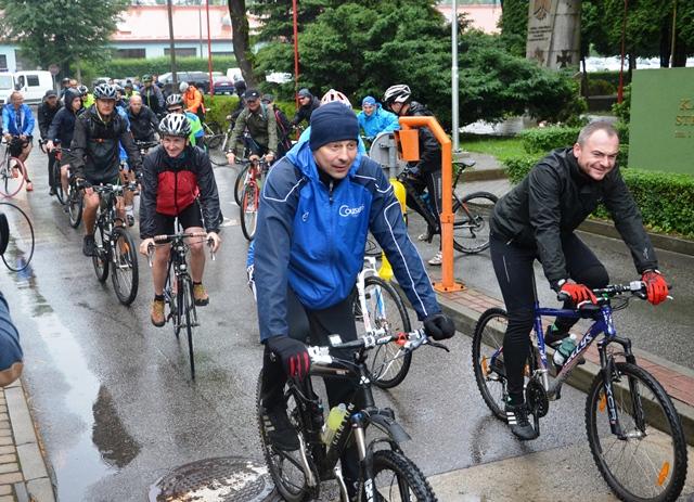 Sądeccy mundurowi przejechali na rowerach 80 km w deszczu, aby nieść pomoc