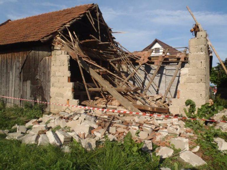 Runął dach i ściana stodoły. W akcji strażacy